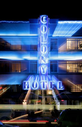 Neon sign pictures ad esempio come immagine su tela o a muro dietro vetro acrilico: Front view of the Colony Hotel sign at night