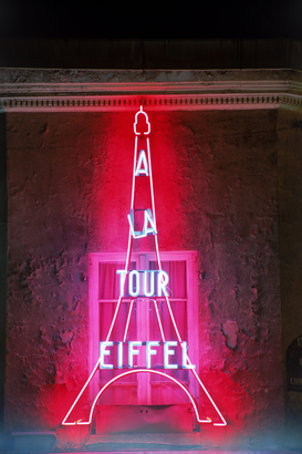 Neon sign pictures ad esempio come immagine su tela o a muro dietro vetro acrilico: Neon light of Eiffel Tower on Paris building facade