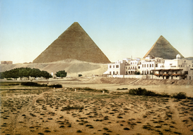Egypt & Middle East pictures Wall Art as Canvas, Acrylic or Metal Print Giseh, Blick auf die Cheops- (links) und die Chephrenpyramide (rechts) über das Menahouse-Hotel hinweg, koloriertes Foto um 1900