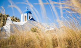 Oude Griekenland Foto's bijv. als canvasfoto of wandfoto achter acrylglas: Traditional Greek blue domed church in field on beautiful island of...