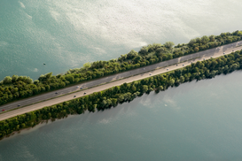 Foto: Bruggen, straten & verkeer - Highway surrounded by water