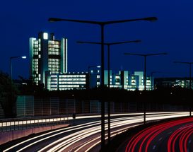 Architektur Bilder z.B als Leinwandbild oder Wandbild hinter Acrylglas: Highway at night