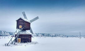 Windmühlen Bilder z.B als Leinwandbild oder Wandbild hinter Acrylglas: Traditional Windmill On Snow Covered Field Against Sky