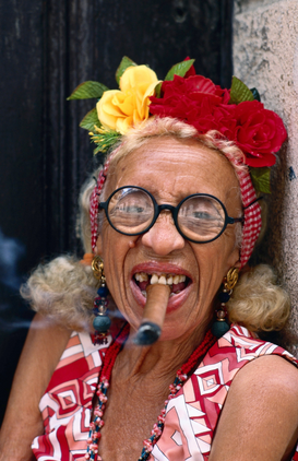 Humor Bilder z.B als Leinwandbild oder Wandbild hinter Acrylglas: Old woman smoking a cigar.  Havana, City of Havana, Cuba