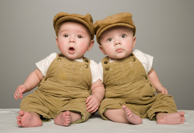 Affiches sensations et équilibre pour les toiles ou images murales sous acrylique par exemple Two babies in matching hat and overalls