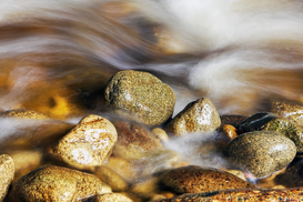 Affiches pierres pour les toiles ou images murales sous acrylique par exemple Water rushing past river stones