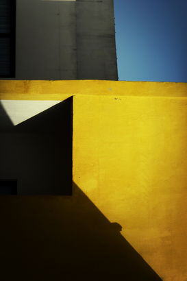 Bestseller ad esempio come immagine su tela o a muro dietro vetro acrilico: Shadow on yellow wall of building