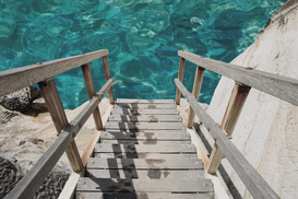 EyeEm Foto's bijv. als canvasfoto of wandfoto achter acrylglas: Wooden Stairs Leading To Calm Water