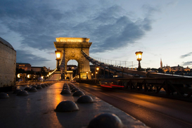 Foto: Steden - Illuminated Chain Bridge Against Sky