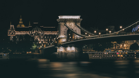 EyeEm Ciudades Imágenes p.ej., como imagen en lienzo o para la pared en metacrilato: Illuminated Chain Bridge Over River Against Clear Sky At Night