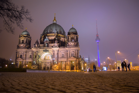 EyeEm Immagini p.ej., como imagen en lienzo o para la pared en metacrilato: Low Angle View Of Berlin Cathedral And Fernsehturm At Night