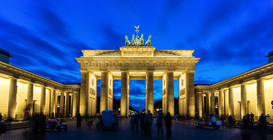 EyeEm Ciudades Imágenes p.ej., como imagen en lienzo o para la pared en metacrilato: Low Angle View Of Illuminated Brandenburg Gate Against Cloudy Sky