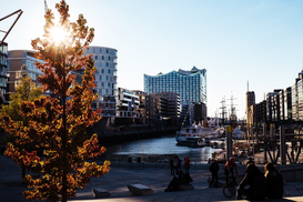 Foto: Steden - People At Harbor In City Against Sky