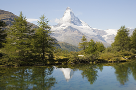 Alpes y Europa Imágenes p.ej., como imagen en lienzo o para la pared en metacrilato: Matterhorn and trees reflected in a lake