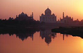 Imágenes soleadas p.ej., como imagen en lienzo o para la pared en metacrilato: Taj Mahal & reflection in Yamuna River at sunset.