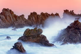 Foto: Alpen & Europa - Sea stacks and spume at the Pointe de Creac'h