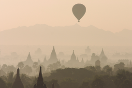 Foto: Reis om de wereld - Hot air balloons flying over ancient temples