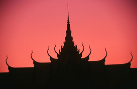 Foto: Zonnefoto's - Royal Palace silhouetted at sunset. Phnom Penh, Phnom Penh, Cambodia