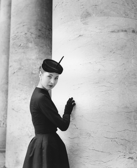 Fashion & Stories Bilder z.B als Leinwandbild oder Wandbild hinter Acrylglas: Model in black dress and hat, 1952,