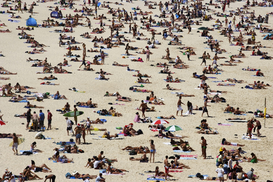 Gruppi di persone Immagini ad esempio come immagine su tela o a muro dietro vetro acrilico: Crowds of people sunbathing on Bondi Beach.  Sydney, New South Wales, Australia