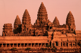 Foto: Azië - Sunrise over the ancient site of Angkor Wat. The temples of Angkor were built from 879 through to 1191AD; they represent one of history's most astonishing and enduring architectural achievements. Angkor, Siem Reap, Cambodia