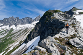 Foto: Extreme sporten - A young woman hiking up a mountain