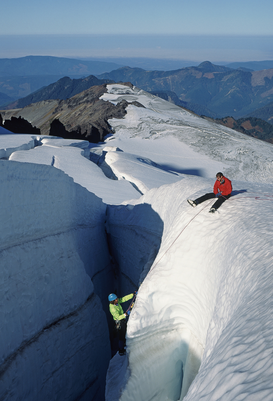 Foto: Extreme sporten - Climbers on crevasse wall at coleman glacier