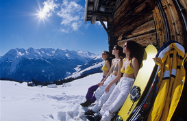 Affiches sport d'hiver pour les toiles ou images murales sous acrylique par exemple three young women in bikini tops sunbathing outside alpine hut