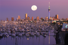 Reis om de wereld Foto's bijv. als canvasfoto of wandfoto achter acrylglas: new zealand, auckland: full moon over west haven boat harbour and city skyline
