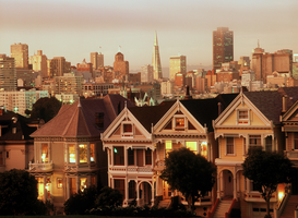 USA Foto's bijv. als canvasfoto of wandfoto achter acrylglas: Victorian Houses along Steiner Street at dusk with San Francisco skyline
