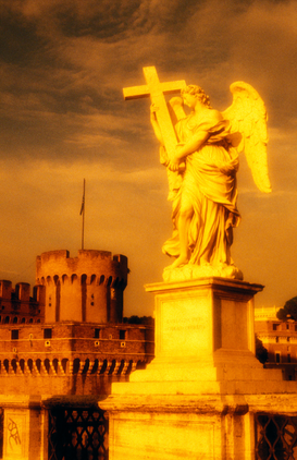 Foto: Europa - italy, rome. saint angel bridge. statue of angel holding a cross.
