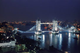 Foto: Londen - uk, england, london: the tower bridge over river thames at night