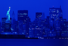 Foto: New York - usa, new york, statue of liberty and cityscape by night