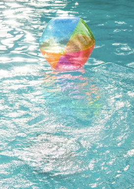 In piscina Immagini ad esempio come immagine su tela o a muro dietro vetro acrilico: Beach ball floating on surface of water