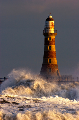 Faros, puertos y fiordos Imágenes p.ej., como imagen en lienzo o para la pared en metacrilato: Waves Crashing Against A Lighthouse, Tyne And Wear, England