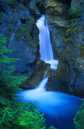 Jaargetijden Foto's bijv. als canvasfoto of wandfoto achter acrylglas: A beautiful waterfall, Johnston Canyon, Banff, Alberta, Canada