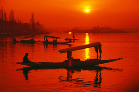 Stranden Foto's bijv. als canvasfoto of wandfoto achter acrylglas: Boats in Dal lake in silhouette, Srinagar, Jammu and Kashmir, India