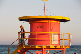Strandstoelen & badhuisjes Foto's bijv. als canvasfoto of wandfoto achter acrylglas: Lifeguard station in South Beach, Miami