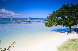 Foto: Eilanden - Beautiful white sand tropical beach in northern part of Mauritius