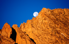 Aarde & maan Foto's bijv. als canvasfoto of wandfoto achter acrylglas: Setting moon over North Peak.  Sierra Nevada, California, United States